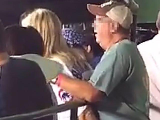 Οι φίλοι του Cubs απολαμβάνουν το παιχνίδι του μπέιζμπολ