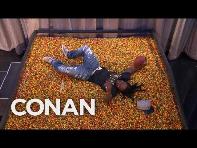 Marshawn Lynch plonge dans &quot;End Zone&quot; rempli de quilles sur <i>Conan</i>