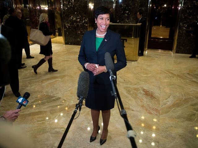 Washington, DC, borgmester Muriel Bowser vedtager nyfødt i overraskelsesmeddelelse