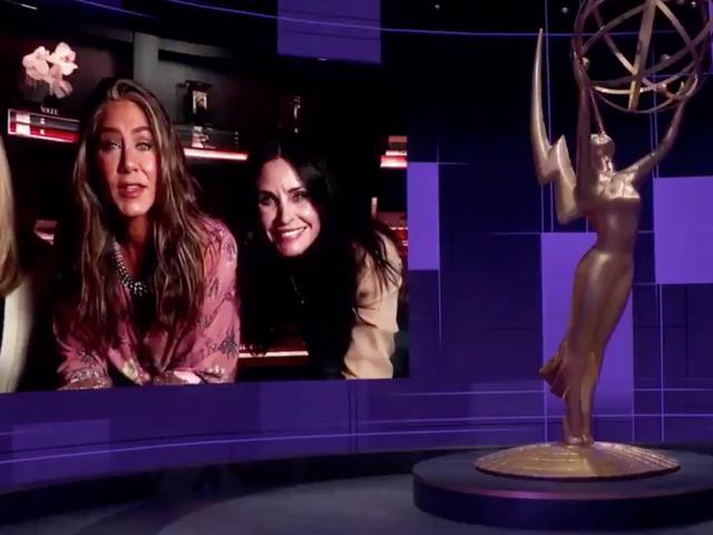 Jennifer Aniston, Lisa Kudrow und Courteney Cox trafen sich im Emmys wieder (auch Jason Bateman war dort)