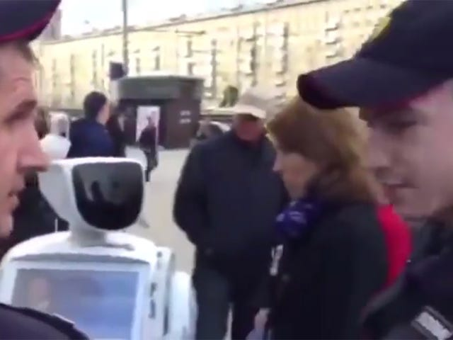 Russisk Runaway Robot Radicalized, blev 'Arrested' på Politisk Rally
