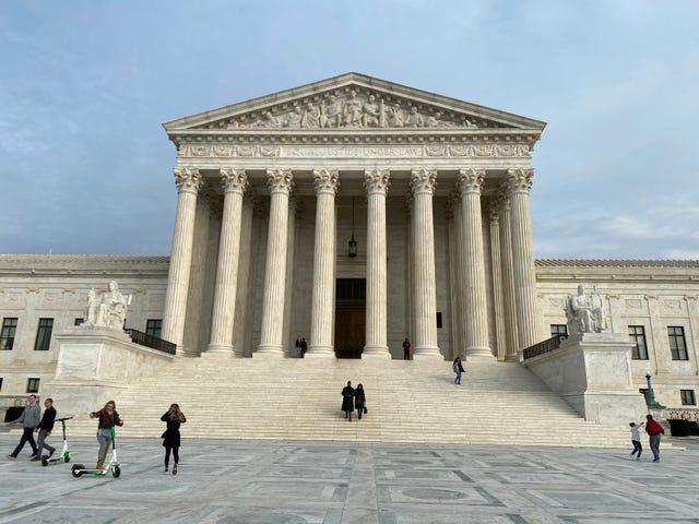 Tòa án tối cao xét xử vụ án về việc nhận con nuôi đồng giới
