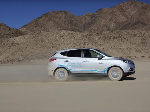 El hidrógeno-accionado Hyundai Tucson <i>Technically</i> apenas fijó un expediente de la velocidad de la tierra