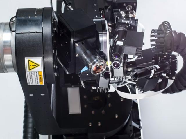 Neuralink de Elon Musk dice que ha creado 'hilos' de lectura cerebral, robot quirúrgico que los inserta