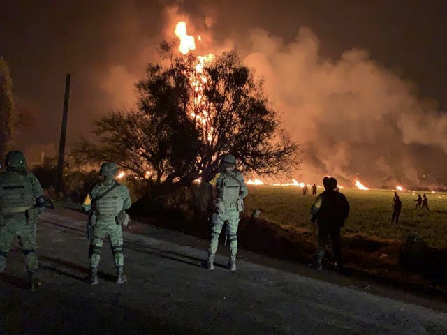 Ten minste 66 doden in Mexicaanse benzine pijpleiding explosie, tientallen meer gewonden