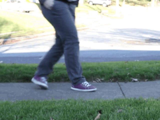 Ντέρμπι, το αξιολάτρευτο σκυλί κυνηγίου, μόλις αναβαθμίστηκαν τα 3D τυπωμένα πόδια