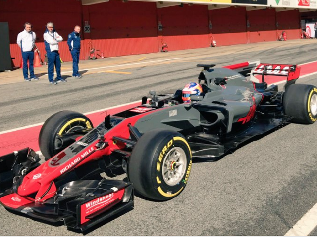 우리가보기로되어 있기 전에 New Haas F1 Car가 있습니다.