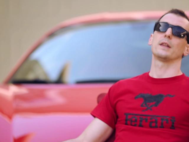 Conheça o dono da Ferrari que todo mundo ama odiar