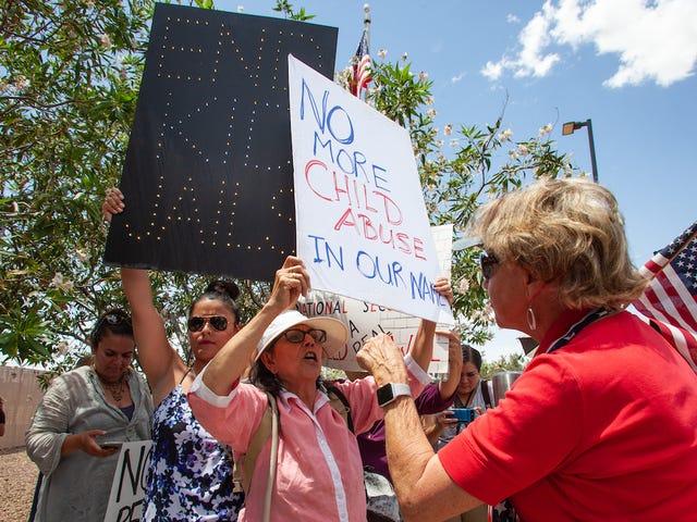 ABD Konsantrasyon Kampı Gardiyanları, Nefretli Facebook Yayınlarına Soruşturma Sözü Verdi