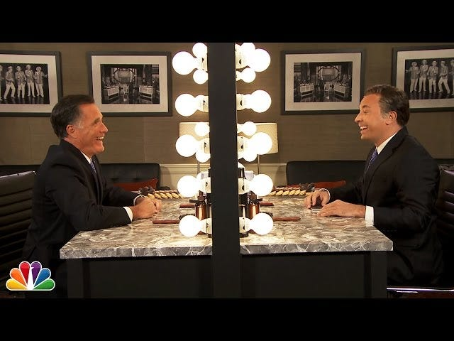 Mitt Romney et son étrange robot Laugh Costar dans 'Mitt in the Mirror'