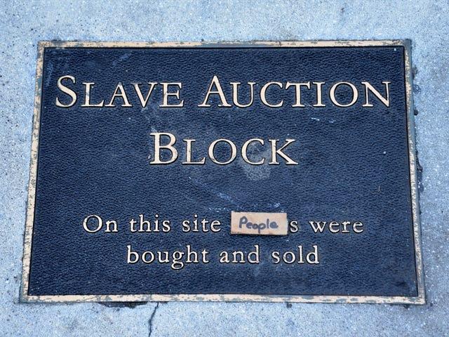 El historiador aficionado blanco dice que robó la placa de bloques de la subasta de esclavos porque no fue suficiente para honrar a los descendientes de la esclavitud