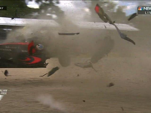 Fernando Alonso loopt weg van verwoestend wrak op de Australische Grand Prix