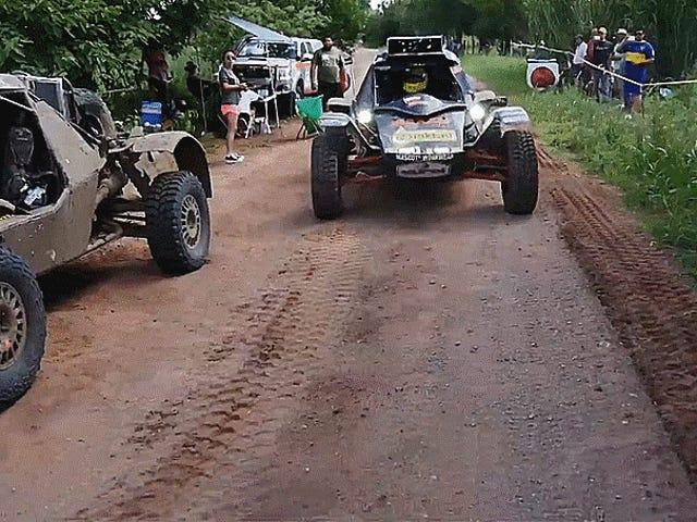 Racer stoppt, um seinen Zwillingsbruder Buggy bei der Rallye Dakar zu reparieren