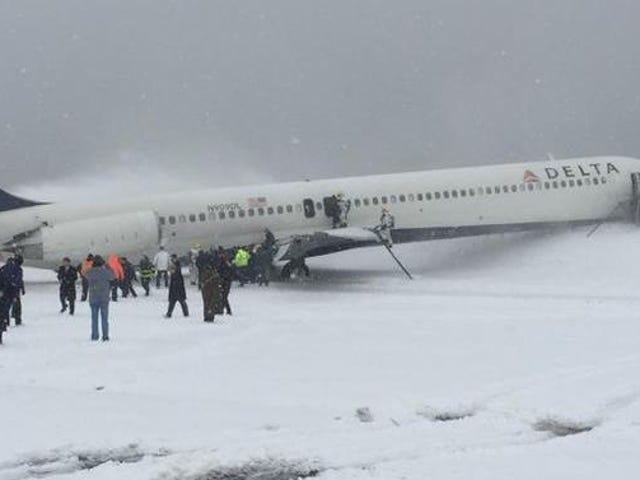 Unaviósesale de pista por el temporal de nieve al aterrizar en EEUU