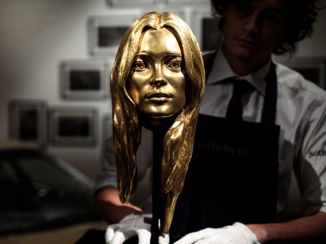 Jika Anda Suka, Anda Dapat Membeli Payudara Emas Kate Moss Ini dengan $ 300.000