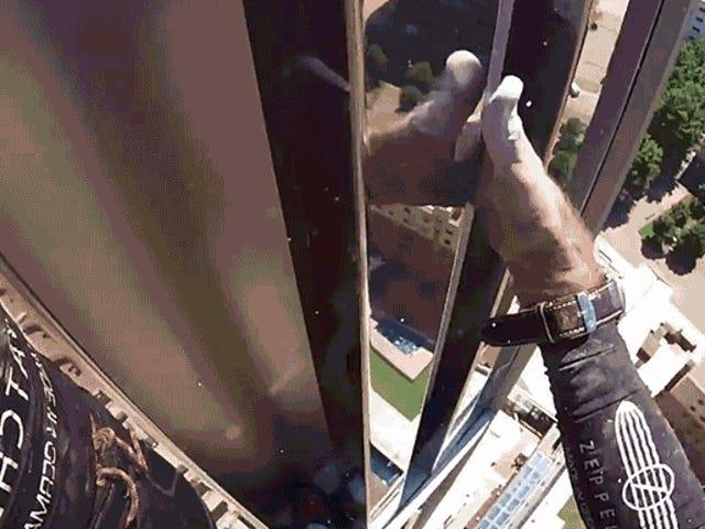 这个现实生活的蜘蛛侠爬上一个二十九世纪的酒店,一边呼吸着一个纸袋