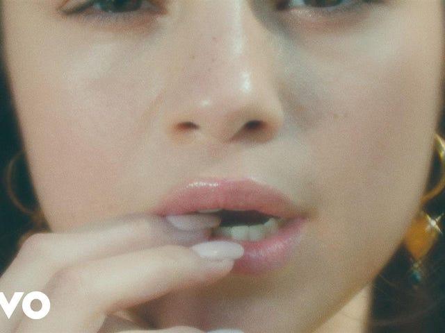 "Ascolta ""Breasty New Song"" Fetish di Selena Gomez"