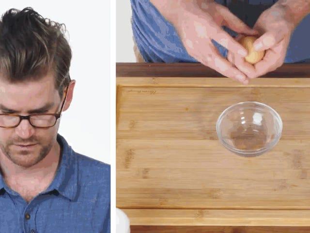 El sencillo truco de un chef para pelar un huevo en un par de segundos
