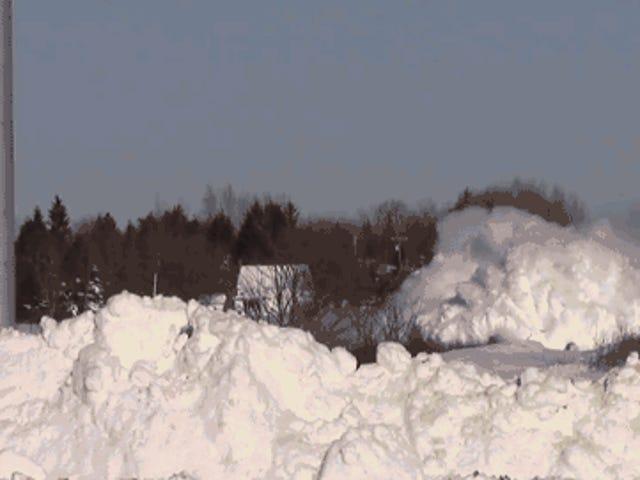 Mira a un tren imparable pummel su camino a través de un Crapton de nieve