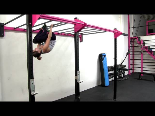 Monkey Bar -harjoitus, joka nostaa ylävartalon voimaa ja tekee sinusta tuntuu kuin lapsi
