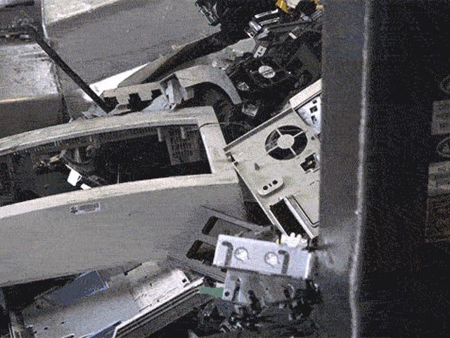 あなたの死んだ技術が電子廃棄物リサイクルプラントで破壊されるのを見る