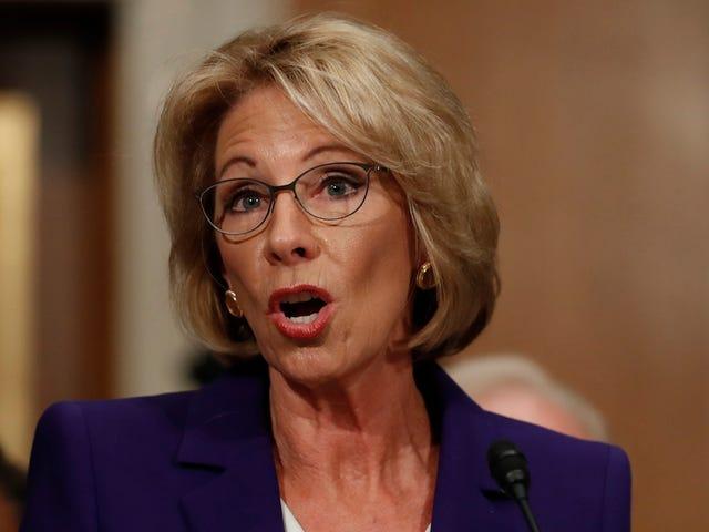 Betsy DeVos sanoo koulujen ehkä tarvitsevat aseita suojautua itsensä Grizzly Bears