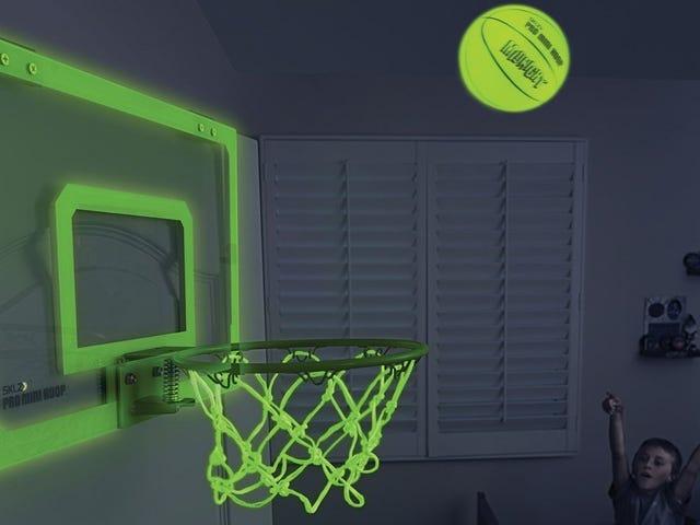 Nigdy nie jesteś za stary, aby cieszyć się ciemnymi obręczami do koszykówki w ciemności