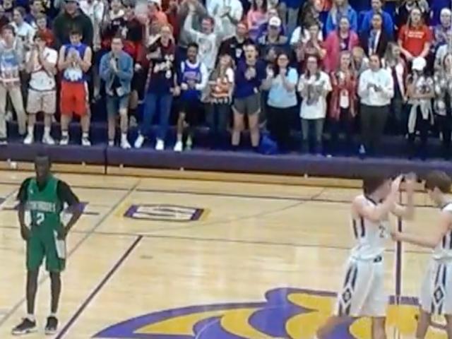 White High Schoolers får så rasistiska på basketspel, allt de saknades var några Tiki-facklor