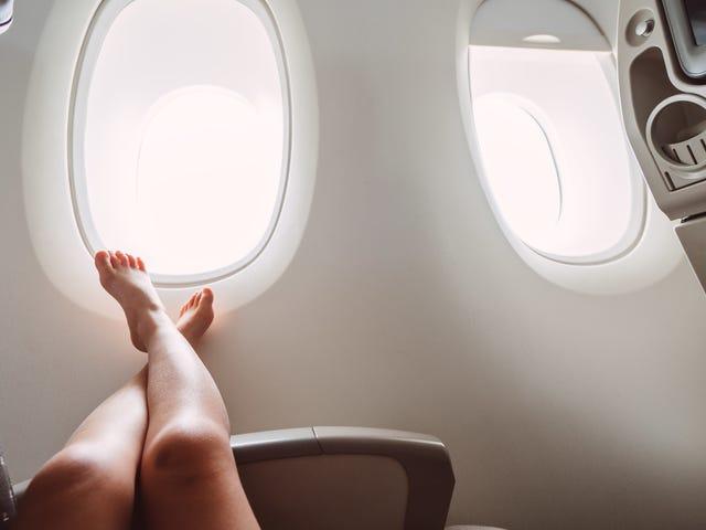 Sådan fjernes dine sko høfligt på et fly