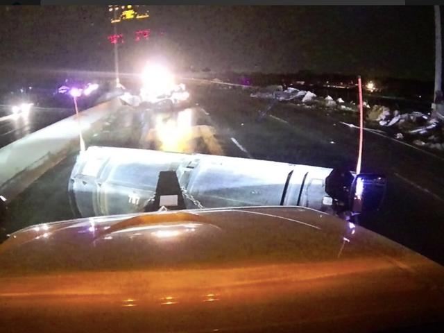 Огайо Використовує снігоприбиральні машини для очищення від міждержавного руху після нічного спустошливого торнадо