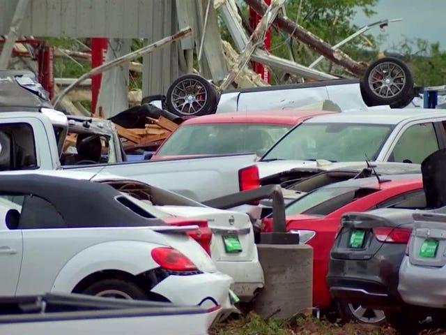 Ini Adakah Apa Ia Seperti Apabila Tornado Hit A Dealership Kereta