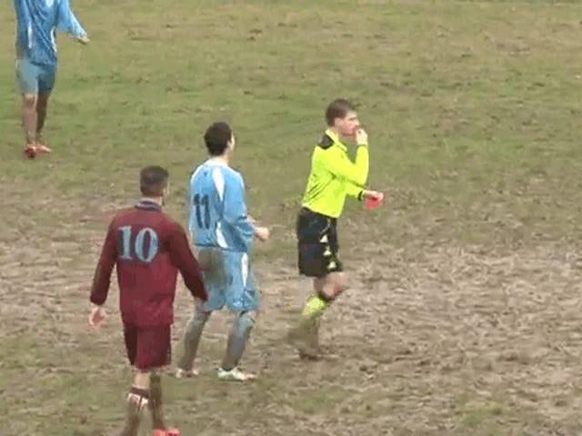 Un footballeur en colère tente d'assaillir un arbitre et échoue lamentablement