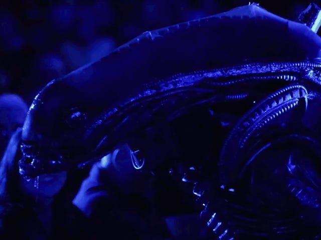 Sigourney Weaver ger en Rave Review till High School <i>Alien</i> Play i en bakom kulisserna Video
