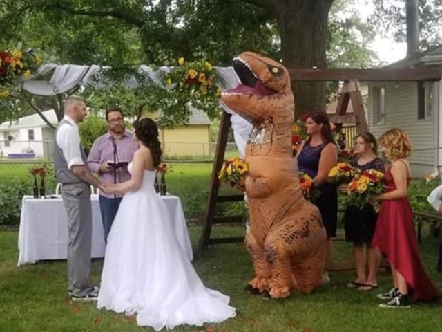 Người phụ nữ mặc trang phục T-Rex đến đám cưới của chị gái mình là người tuyệt nhất nước Mỹ