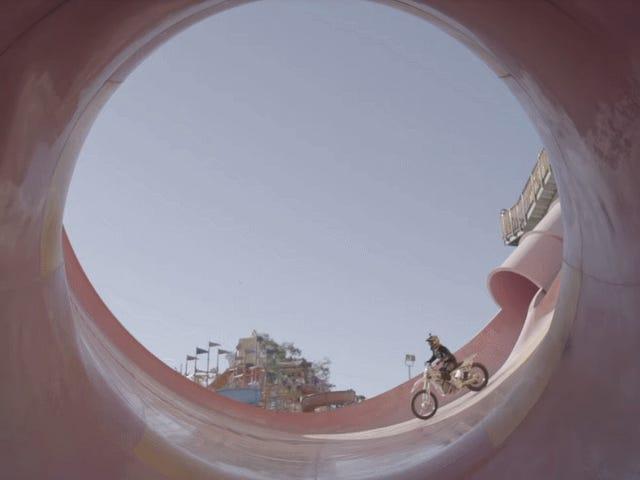 Hylätty vesipuisto on erinomainen leikkipaikka Electric MX Riderille