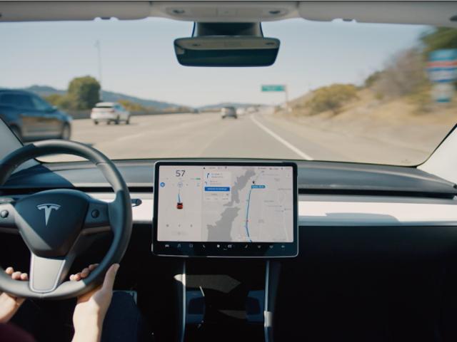 Cómo funciona precisionamente la nueva función que permite a los Tesla cambiar de carril de manera autónoma
