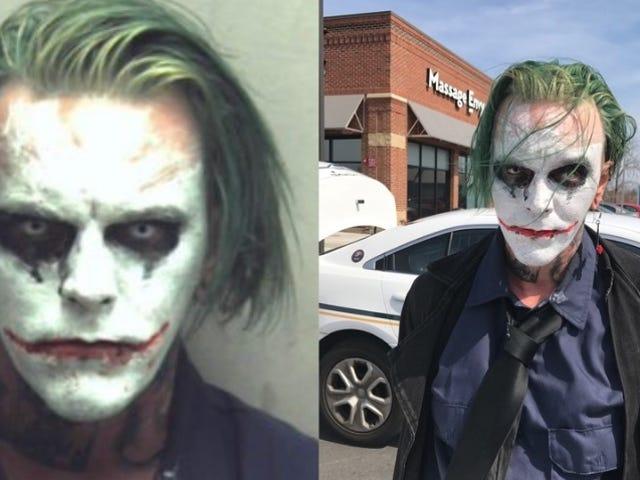 Mand i joker makeup opkrævet med felony for 'iført maske'