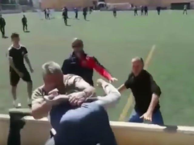 Spanska fotbollsdadrar firar fars dag genom att slå varandra upp