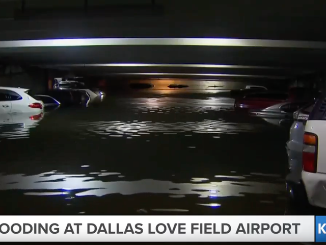 Oversvømmelse er så dårlig i Dallas, at biler på lufthavnen er under vand