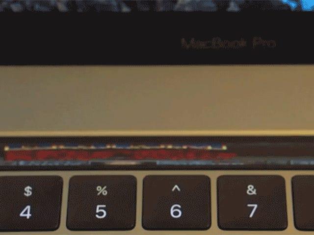 Tedejaráslavista intentando jugar <i>Doom</i> enestaversiónparala Touch Bar del nuevo MacBook Pro