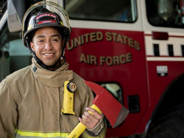 Perché i pompieri devono radersi ogni giorno (ma possono indossare i baffi)