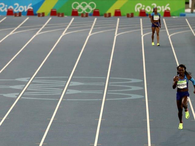 Đội tiếp sức 4x100m của phụ nữ Hoa Kỳ đủ điều kiện cho trận chung kết trên đường đua trống