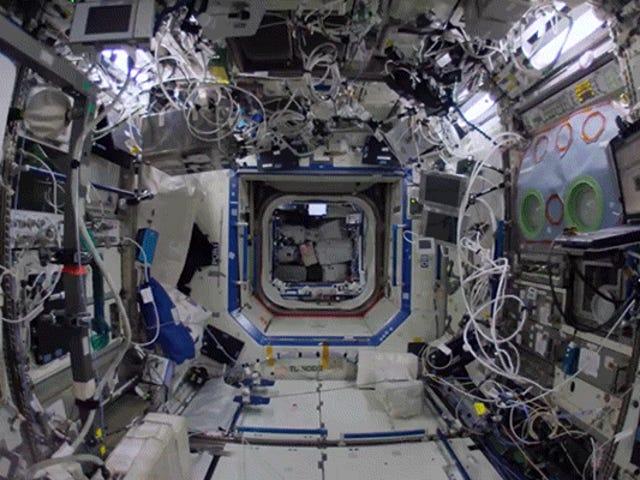 Drijf door elk detail van het internationale ruimtestation in 4K Glory