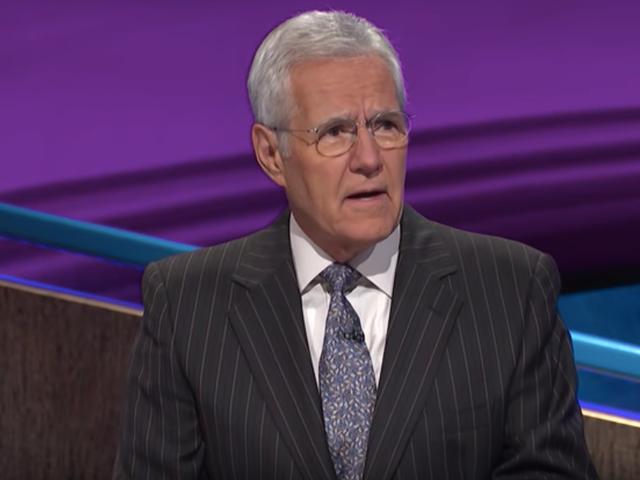 Alex Trebek a poussé un tas de nerds dans des casiers sur <i>Jeopardy!</i> hier soir <i>Jeopardy!</i>