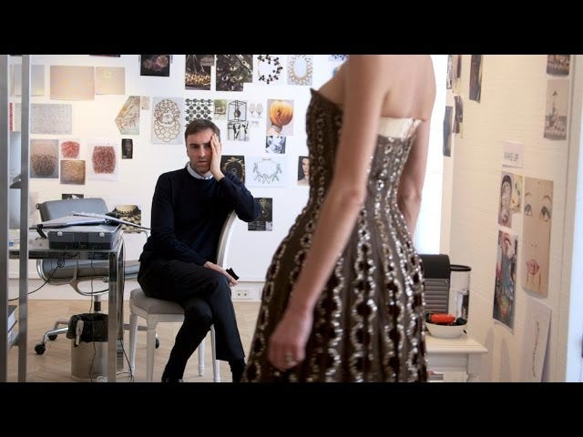 Katso perävaunua Haute Couture -täytetyistä dokumenteista <i>Dior and I</i>