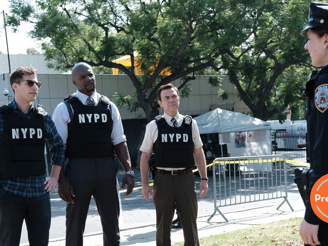"It's a ""Manhunt"" (and Traveling Pants situation) to start Brooklyn Nine-Nine's seventh season"