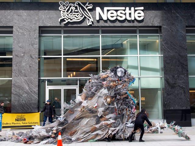 Des activistes livrent des monstres géants au siège de Nestlé pour protester contre la pollution par le plastique