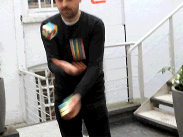 Dieser Typ kann 3 verschiedene Zauberwürfel lösen, während er gleichzeitig mit ihnen jongliert