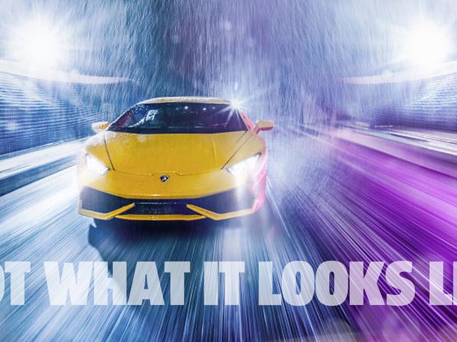 Dies ist kein Bild von einem Lamborghini, der auf einer Spur im Regen fährt