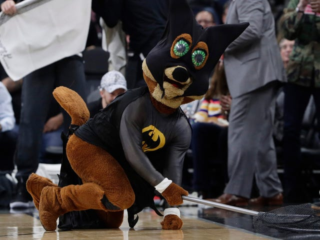 Gregg Popovich Wasn't That Impressed With The Spurs Mascot's Bat Capture